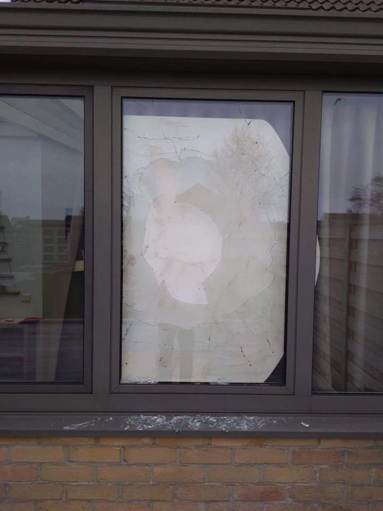 De inbrekers sloegen het raam van de bijkeuken stuk met een steen.