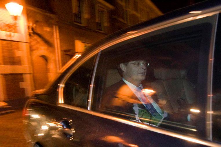 Premier Jan Peter Balkenende verlaat zaterdagochtend na de val van het kabinet het Binnenhof in Den Haag. (ANP) Beeld