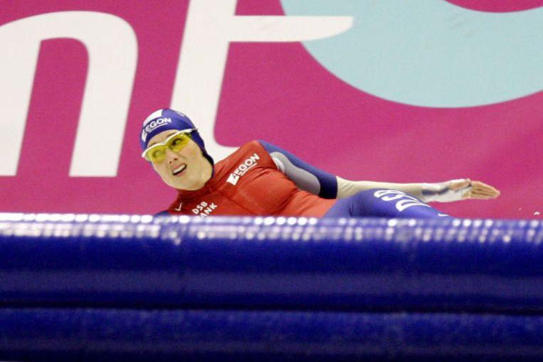 Marianne Timmer, hier na een val bij de ISU World Cup, zit tijdens het NK Sprint aan de kant met een liesblessure. Foto ANP Beeld