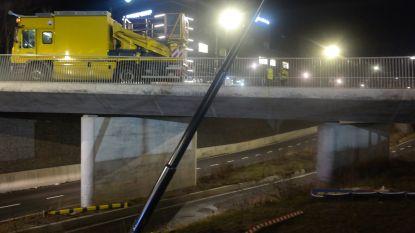 VIDEO. Vrachtwagen rijdt zich vast aan ingang Ikea: tramverkeer verstoord