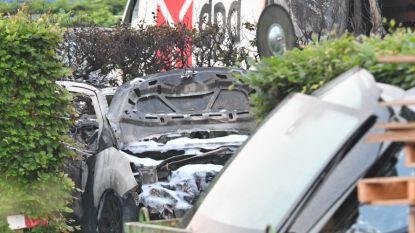 Tiental wagens uitgebrand aan Citroëngarage in Wilrijk: hek onder stroom bemoeilijkt bluswerken