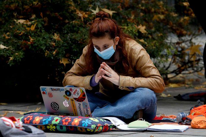 Studenten voelen zich gestresseerd, eenzaam en vermoeid (illustratiebeeld).