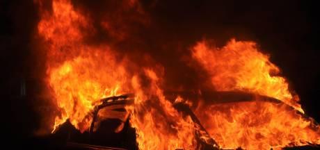 Twee voertuigen in brand in Eindhoven, vuur mogelijk aangestoken