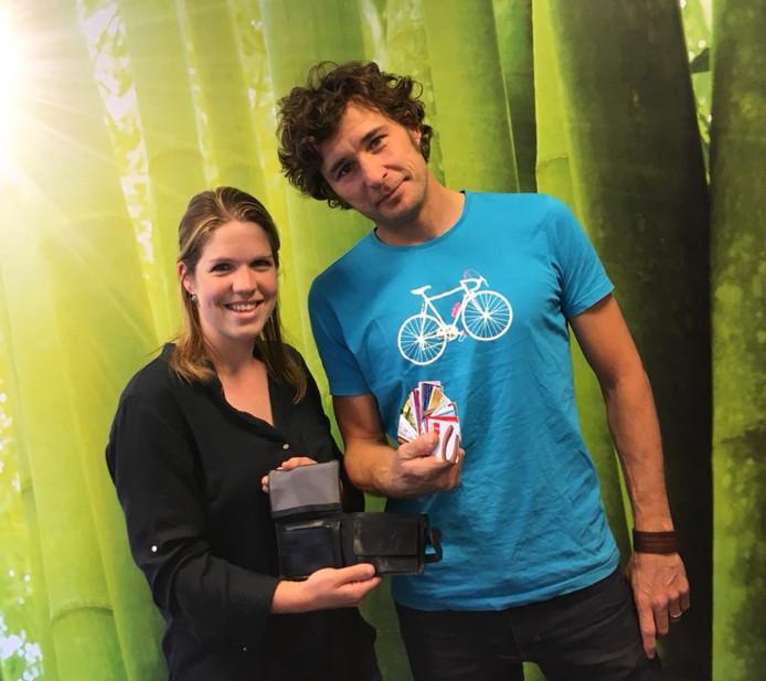 Margriet de Wilt samen met Brecht van der Laan, de motorrijder die haar portemonnee vond.