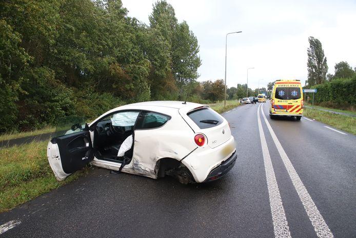 Bij een ongeval op de Provincialeweg N834 bij Kapel-Avezaath raakten drie mensen gewond.