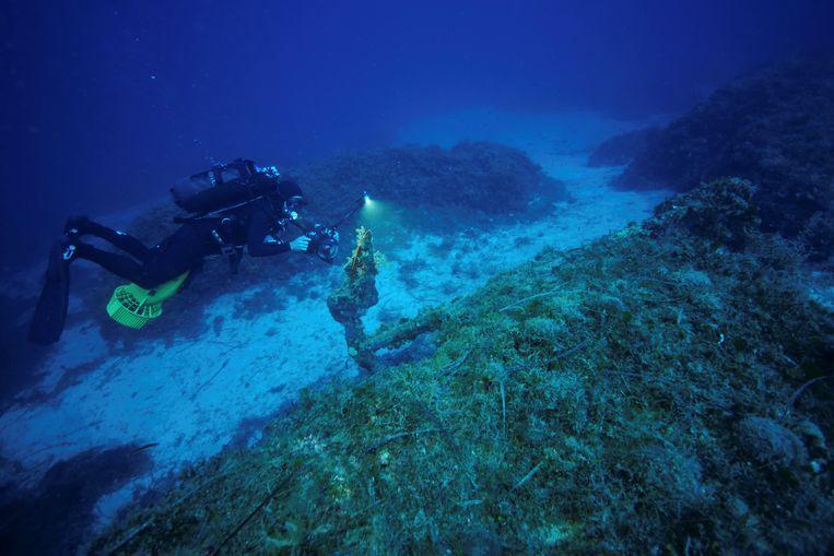 Een diepzeeduiker in de buurt van het plaatsje Fourni waar de 58 scheepswrakken zijn gevonden.