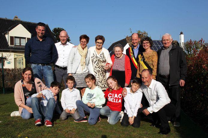 De hele familie en het stadsbestuur van Eeklo vieren mee met Clothildis Van Lancker.