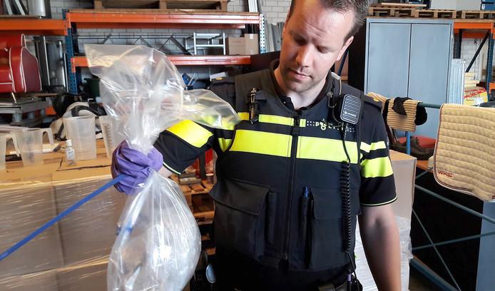 Grondstoffen voor drugsproductie gevonden in loods in Rucphen.
