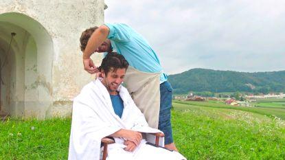 Wim Lybaert oefent zijn kapperskunsten op Dieter Coppens in 'De Columbus'