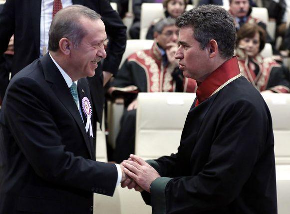 Voor aanvang van de plechtigheid schudden de twee elkaar nog de hand.