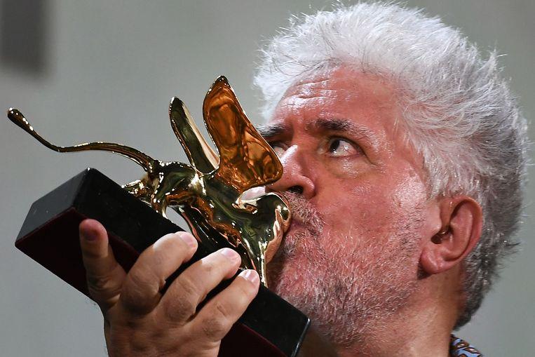 De Spaanse regisseur Pedro Almodovar kust zijn Gouden Leeuw, een oevreprijs die hij gisteren kreeg op het woensdag begonnen 76ste filmfestival van Venetië.  Een geëmotioneerde Almodovar verklaarde dat de leeuw zijn 'huisdier gaat worden, samen met de twee katten met wie ik samenleef'.  Beeld AFP