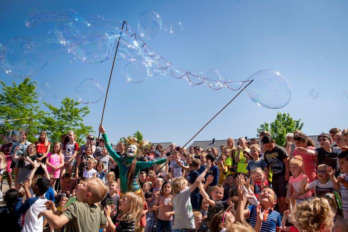 Rond de herinrichting van de Rumerslanden worden twee waterweken voor kinderen gehouden. Ze werden geopend met een vrolijke zeepbellenshow.