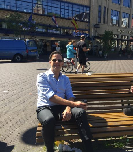 Ook in coronatijd drinkt Mark Rutte gewoon een bakkie op straat met zijn goede vriend René Bom