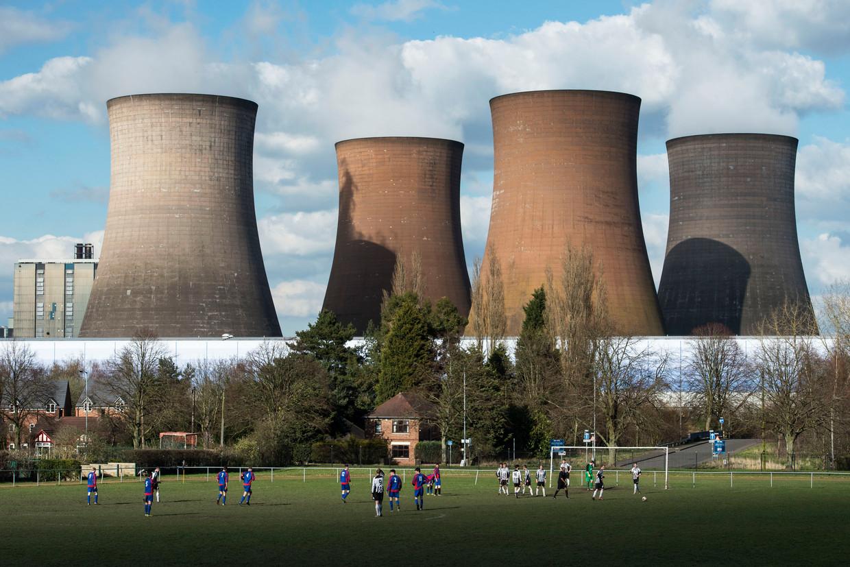 Een potje voetbal met op de achtergrond een kolencentrale in Rugeley, Engeland.