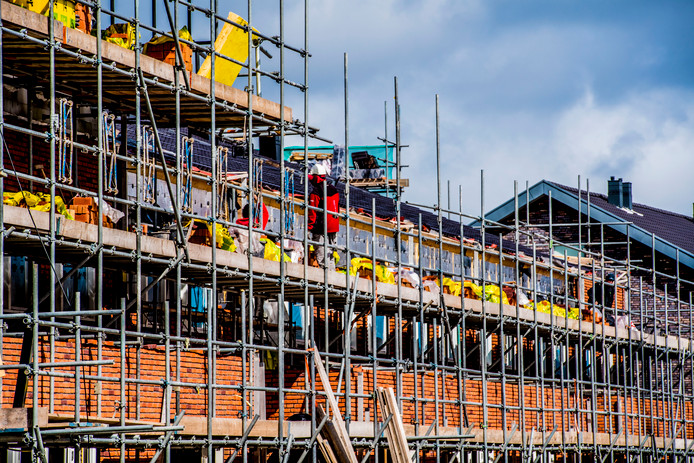 Huizen in de steigers. Als het aan de bestuurders van Alwel ligt, zien we dit beeld de komende jaren geregeld terug in Breda, Etten-Leur en Roosendaal. De behoefte aan goedkope woningen groeit nog steeds.