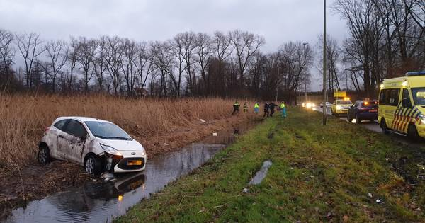 Snelweg bij Herwijnen tijd dicht na ongeluk, automobilist zwaargewond.