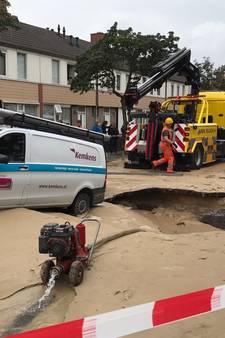 Bestelbus zakt weg in sinkhole Helmond, straat staat blank na scheur in hoofdwaterleiding