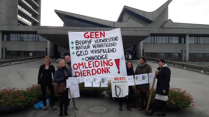 Bewoners van het Bakelse gehucht Muizenhol en de Helmondse wijk Dierdonk bij het provinciehuis in Den Bosch. Uiterst links wethouder Inge van Dijk (CDA) van Gemert-Bakel.