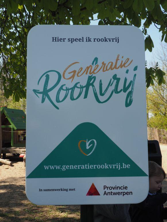 Het eerste 'Generatie Rookvrij'-bord in het Vrijbroekpark in Mechelen.