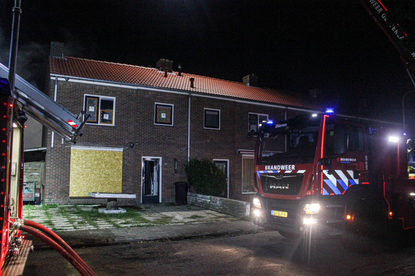Aan de voorzijde van de woning is een ruit kapot.