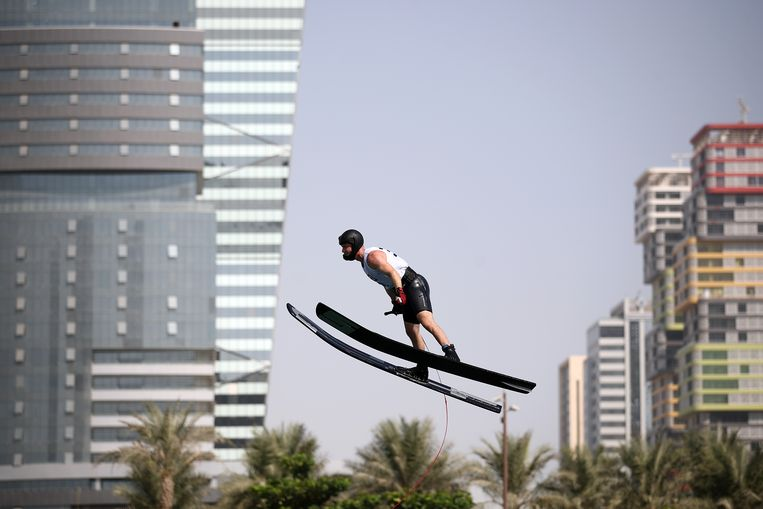 Nee, dit is geen verdwaalde schansspringer. Het is Felix Blomqvist, in actie tijdens de  World Beach Games in Doha. De Zweed deed mee aan het onderdeel waterskispringen, waar hij een  zesde plaats behaalde. Beeld Getty Images