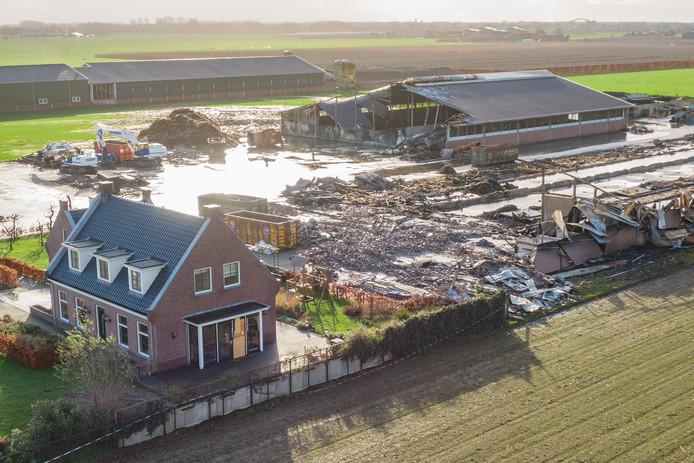 De situatie op het terrein van boer Gert S. in Werkhoven op zondag 9 december. Een sloopbedrijf heeft een groot gedeelte van de restanten van de verwoestende branden al afgevoerd.