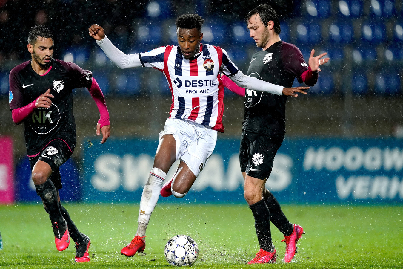 Mike Trésor Ndayishimiye in actie tegen FC Utrecht.