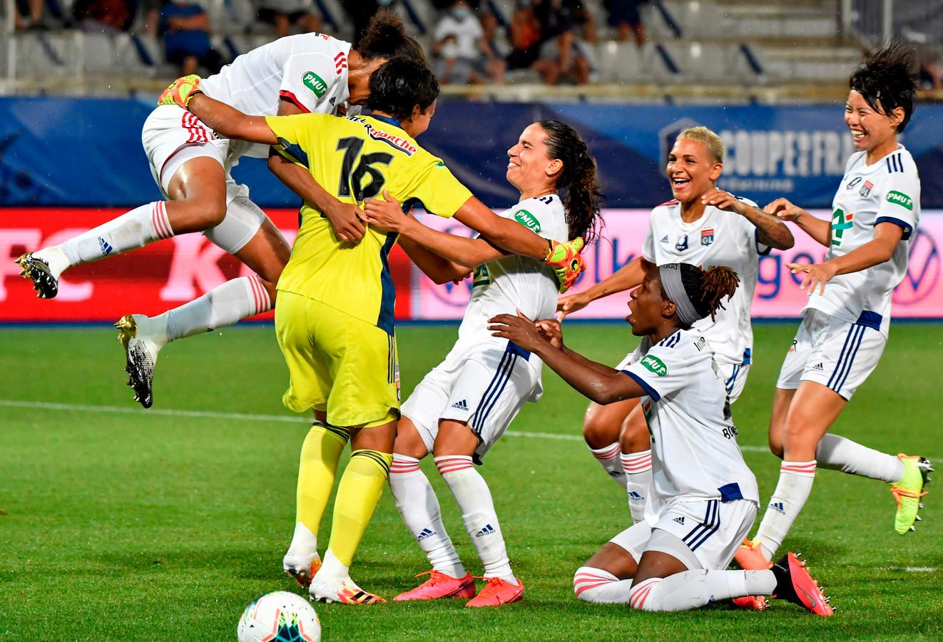 Vreugde bij de speelsters van Olympique Lyon na de gewonnen strafschoppenserie tegen Paris Saint-Germain.
