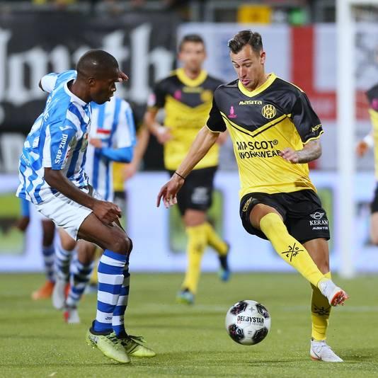 Mario Engels (r) is met zijn goals belangrijk voor Roda JC.