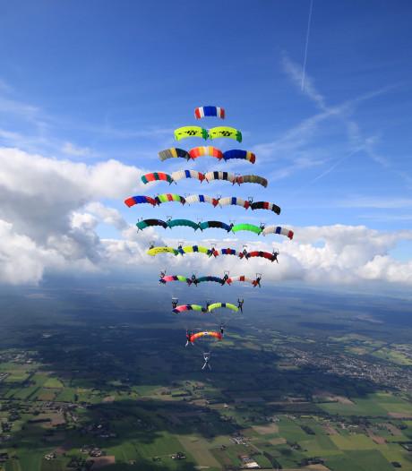 Parachutespringers in Teuge verbreken Europees record