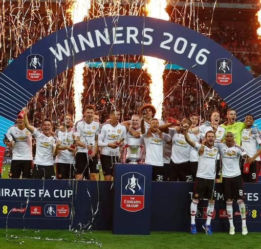 756f32a3d81e De spelers van Manchester United vieren de winst van de FA Cup. Memphis zit  dan