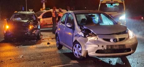 Twee auto's zwaar beschadigd door ongeluk in Enschede, één bestuurder gevlucht