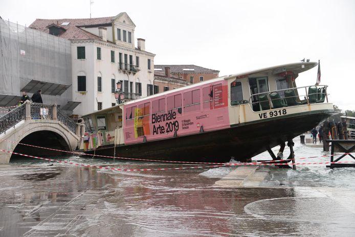 Een overzetboot is door de overstromingen aan land gelopen.