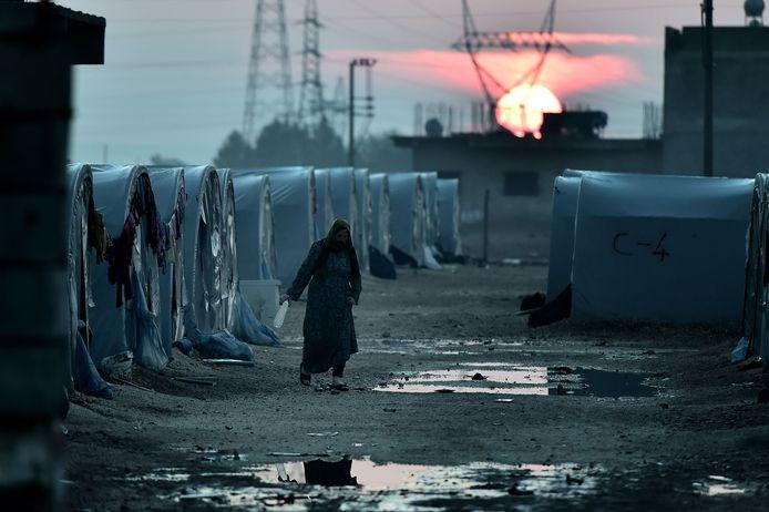 Een vrouw loopt in een vluchtelingenkamp in Kobane, waar de Nederlandstalige eigenares van de laptop volgens The Daily Beast verblijft.