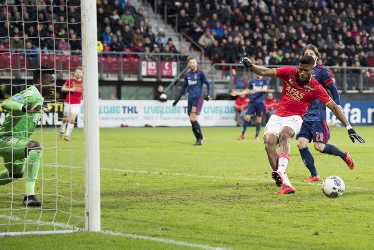 December 2017. Fred Friday staat vrij voor Ajax-doelman Onana maar de spits van AZ trapt naast de bal. Beeld ANP