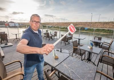 een-pilsje-drinken-op-het-terras?-mooi-niet-muggen-jagen-de-gasten-weg