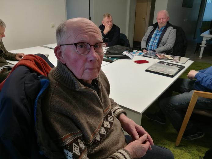 Albert Zengerink, penningmeester van de Postzegelclub Almelo, bij de maandelijkse postzegelsoos in woonzorgcomplex Buurstede.