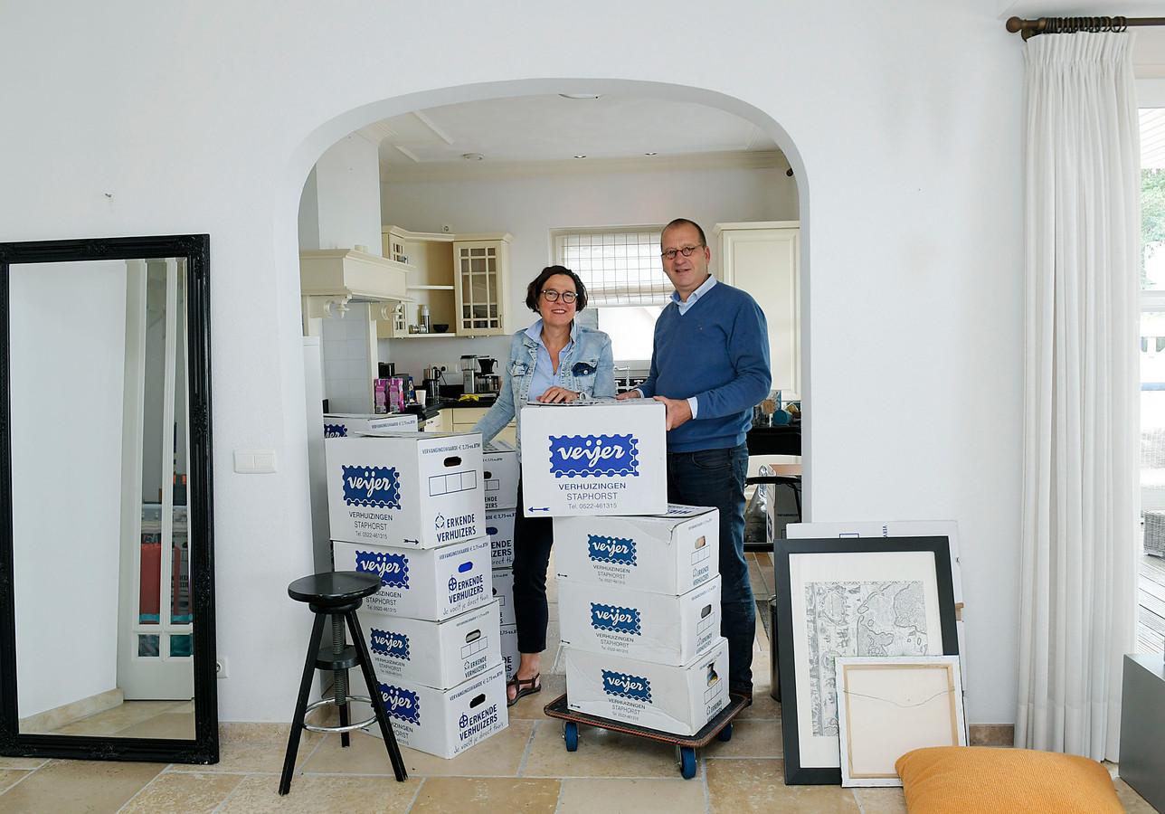 Theo Segers en zijn vrouw Anneke nemen tijdelijk hun intrek in Groot-Ammers. De burgemeester is echter op zoek naar iets permanents.