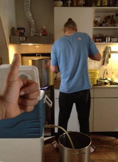 Sander Nederveen in zijn keuken, waar de vrienden elke donderdag ongeveer 25 liter bier brouwden.