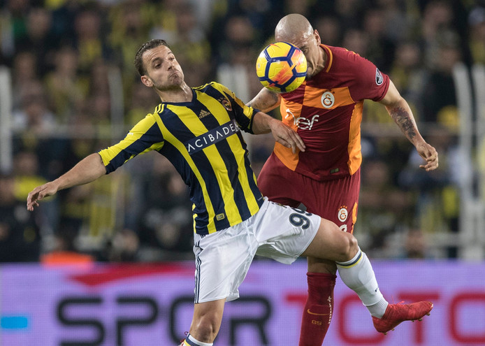 epa06610525 Fenerbahce's Roberto Soldado (L) in action against Galatasaray's Maicon Pereira Roque (R) during the Turkish Super League match between Fenerbahce Istanbul and Galatasaray Istanbul, in Istanbul, Turkey, 17 March 2018.  EPA/SEDAT SUNA