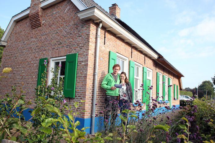 Marco en Emmily Kooiker voor de verbouwde bakkerij, nu hun woonhuis.