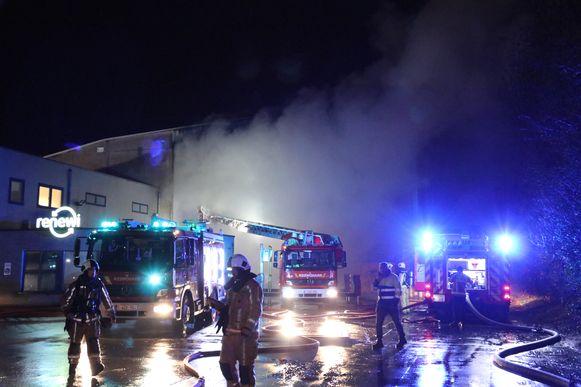 De brandweer heeft heel de nacht bezig geweest met het vuur onder controle te krijgen.
