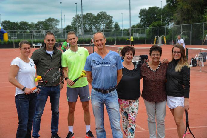 Een deel van de sterkhouders van het Open Arne Toernooi met v.l.n.r. Marieke Ton, Barry Schroevers, Thijmen van den Berg, voorzitter Rene Hoondert, Caroline Machgeels, Gerda Masius en Jessy Crucq.