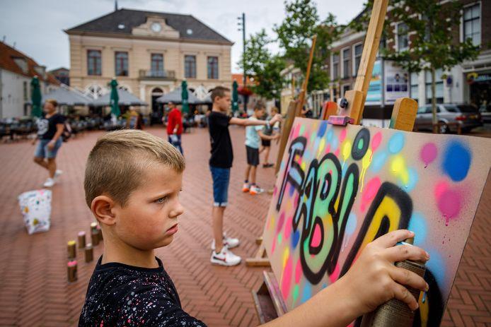 Kinderen mogen legaal graffiti spuiten op de Markt in Steenwijk. Zo ook de 7-jarige Fabian.