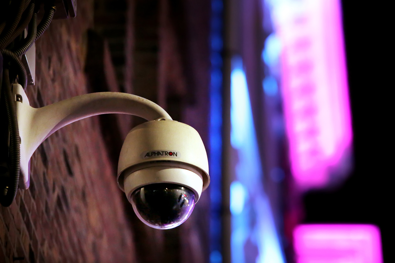 Via CrimiNee! werden camerabeelden van bedrijventerreinen en uitgaanscentra in heel Zuid-Nederland uitgekeken.