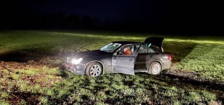 Wilde achtervolging door Twente eindigt in een weiland, politieauto belandt in sloot