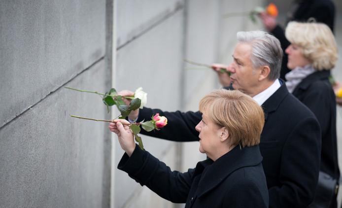 Bondskanselier Merkel plaatste vanochtend samen met de burgemeester van Berlijn rozen in een stuk van de Berlijnse Muur.