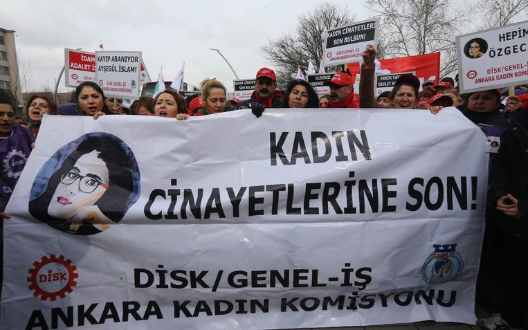 Turkse vrouwen met een spandoek 'Stop vrouwenmoorden' in Ankara. Beeld afp