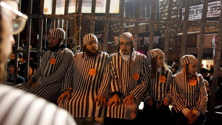 Ultra-Orthodoxe mannen dragen een kampuniform tijdens een demonstratie in Jeruzalem. Beeld REUTERS