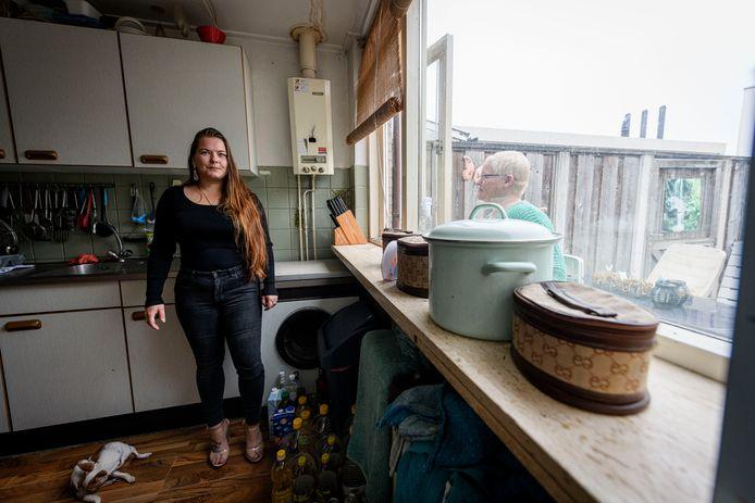 Silvana Jalving in haar keuken, met buurvrouw Renate van der Werf.  Zij zijn tegenstanders van renovatie van de bijna 100 jaar oude huurhuizen en pleiten voor sloop en vervangende nieuwbouw.
